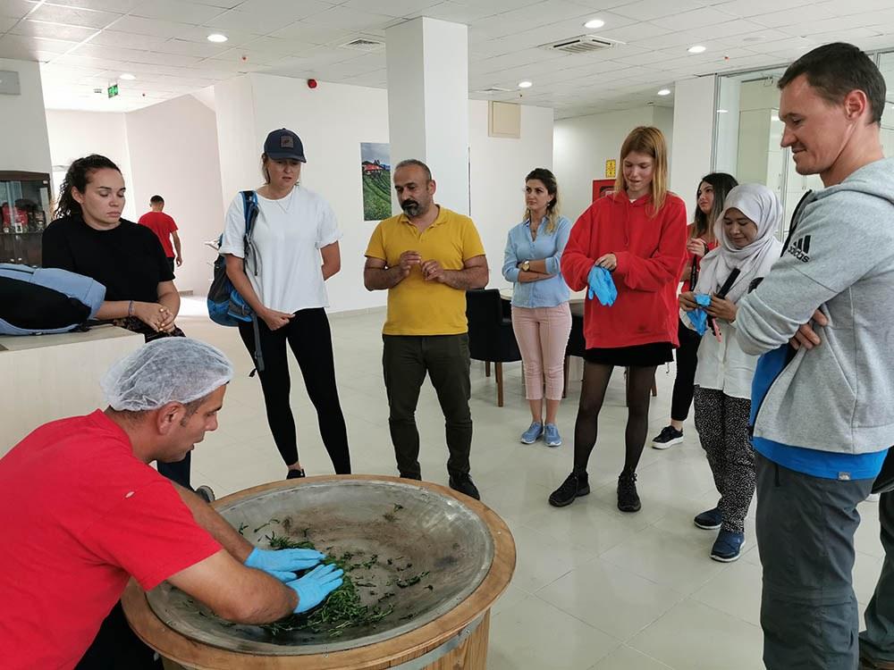 Malezya, Rusya ve Ukrayna'lı Misafirlerimiz Tesisimizde Kendilerine Elle Çay Yaptılar.